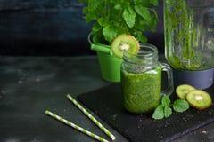 Zdrowy zielony smoothie z szpinakiem, kiwi, bananem i chia, Obraz Royalty Free
