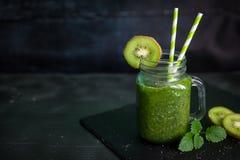 Zdrowy zielony smoothie z szpinakiem, kiwi, bananem i chia, Zdjęcia Royalty Free