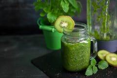 Zdrowy zielony smoothie z szpinakiem, kiwi, bananem i chia, Obrazy Royalty Free