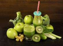 Zdrowy zielony smoothie z szpinakiem w słoju kubku Obrazy Stock