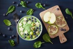Zdrowy zielony szpinaka smoothie puchar z czarną jagodą, jabłko gra główna rolę, kiwi, chia ziarno zdjęcie stock