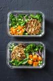 Zdrowy zrównoważony lunchu pudełko Piec na grillu kurczaka zucchini hamburgery z brokułami, bania, zielonego grochu sałatka na ci Obraz Royalty Free