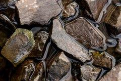 Zdruzgotana skała w trwanie wodzie fotografia royalty free