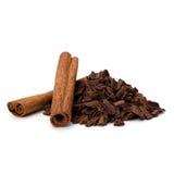 Zdruzgotani czekoladowi golenia palowi i cynamonowi kije Fotografia Stock