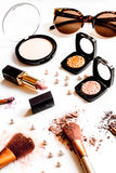 Zdruzgotani dekoracyjni kosmetyki nadzy na białym tła zakończeniu up Obrazy Stock