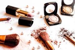 Zdruzgotani dekoracyjni kosmetyki nadzy na białym tła zakończeniu up Fotografia Stock