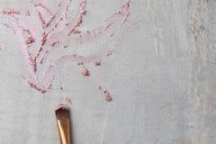 Zdruzgotani eyeshadows i makeup muśnięcie na szarości wykładają marmurem tło Obraz Royalty Free