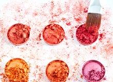 Zdruzgotani eyeshadows z muśnięciem odizolowywającym na białym tle Zdjęcie Stock