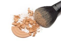Zdruzgotany kosmetyka proszek z makeup muśnięciem Zdjęcie Stock