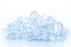 Zdruzgotany lód na białym tle Zdjęcie Royalty Free
