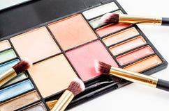 Zdruzgotany rumiena i eyeshadow makeup w ustalonej palecie Zdjęcie Stock