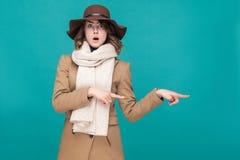 Zdumienie kobieta wskazuje palec przy kopii przestrzenią z szokującą twarzą zdjęcie royalty free