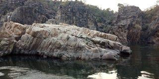 Zdumiewa się skałę lub górę z rzecznym maa Narmada, Jabalpur India Obraz Royalty Free