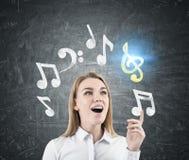 Zdumiewająca blondynki kobieta komponuje melodię Obraz Stock