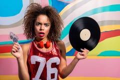 Zdumiewającego kobiety mienia muzyczny półmisek i audiocassette Zdjęcie Royalty Free