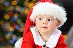 Zdumiewający dziecko patrzeje stronę w bożych narodzeniach obrazy royalty free