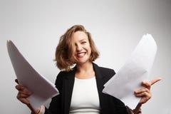 Zdumiony księgowy robi pieniężnym raportom trzyma dokumenty w jej rękach Obrazy Royalty Free