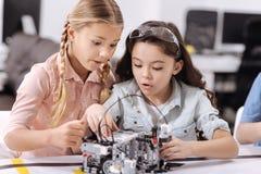 Zdziweni młodzi naukowowie ma techniki klasę przy szkołą Zdjęcie Royalty Free
