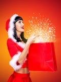 Zdziwiona śnieżna dziewczyna z torba na zakupy z magii światłem Fotografia Royalty Free