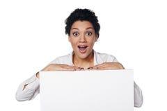Zdziwiona biznesowa kobieta pokazuje pustą kredytową kartę Fotografia Royalty Free