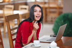 Zdziwiona biznesowa kobieta robi zakupy online Zdjęcie Royalty Free