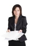 Zdziwiona biznesowa kobieta wręcza mienie dokumenty. Obrazy Stock