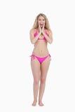 Zdziwiona blondynki kobieta jest ubranym swimsuit Zdjęcia Royalty Free