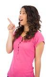 Zdziwiona brown z włosami kobieta wskazuje out Zdjęcia Royalty Free