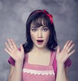Zdziwiona brunetki gospodyni domowa Fotografia Stock
