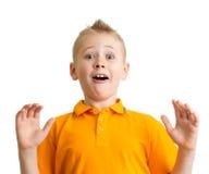 Zdziwiona chłopiec z śmiesznym wyrażeniem odizolowywającym Zdjęcia Royalty Free