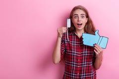 Zdziwiona dziewczyna, chwyty i aprobaty, papierowy toothbrush pojęcie higiena Na różowym tle zdjęcie stock