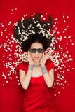 Zdziwiona dziewczyna Ogląda film z 3D Kinowymi szkłami i popkornem Obraz Stock