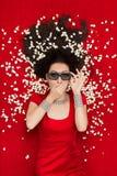 Zdziwiona dziewczyna Ogląda film z 3D Kinowymi szkłami i popkornem Fotografia Stock