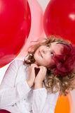 Zdziwiona dziewczyna w czerwony kapeluszowy przyglądający up Zdjęcie Royalty Free