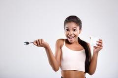 Zdziwiona kobieta jest uśmiechnięta z jedzeniem w ona ręki Fotografia Stock