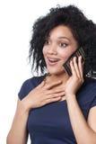 Zdziwiona kobieta opowiada na telefonie komórkowym obrazy royalty free