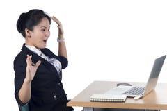 Zdziwiona kobieta patrzeje w ekranie laptop Fotografia Stock