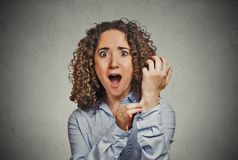 Zdziwiona kobieta szczypa jej ręki skóry test rzeczywistości Obrazy Royalty Free