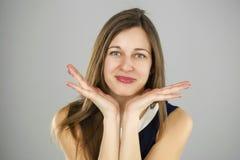 Zdziwiona kobieta trzyma ręki z rozpieczętowanym usta i dużymi oczami Zdjęcia Stock