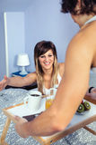 Zdziwiona kobieta w łóżkowy patrzeć śniadanie słuzyć Obraz Stock