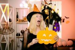 Zdziwiona kobieta w czarownicach kapelusz i skr?t ubiera Wampira Halloween kobiety portret Pięknych potomstw zdziwiona kobieta we zdjęcia royalty free