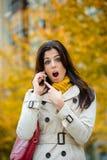 Zdziwiona kobieta w jesieni Zdjęcia Royalty Free