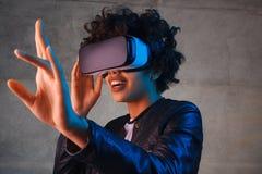 Zdziwiona kobieta w VR słuchawki macania powietrzu Zdjęcia Royalty Free