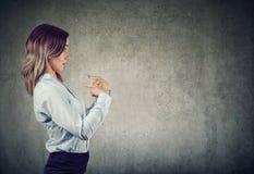 Zdziwiona kobieta wskazuje palce przy ona źle zrozumieć zdjęcia stock