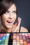 Zdziwiona kobieta z kolorową paletą dla mody makeup Fotografia Royalty Free