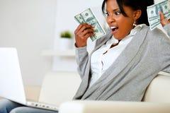 Zdziwiona kobiety mienia obfitość gotówkowy pieniądze Zdjęcie Royalty Free