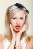 Zdziwiona kobiety twarz, dziewczyna retro stylu usta otwarty wyraz twarzy Zdjęcia Stock