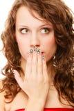 Zdziwiona kobiety twarz, dziewczyna zakrywa jej usta nad bielem Fotografia Stock