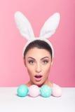 Zdziwiona królik kobieta peeked Zdjęcia Stock