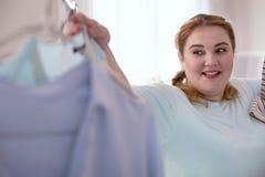 Zdziwiona młoda kobieta cieszy się jej nowego znalezienie fotografia royalty free